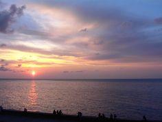 """Un atardecer en el Malecón habanero, visto desde la llamada """"casa de las cariátides""""...  dicen que si vienes a la Habana y no ves el Malecón... no viniste..."""