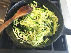 How to Make Zucchini Noodles print 1 tablespoon olive oil 1 pound zucchini 1 teaspoon all purpose chef's shake Heat olive oil in a large sau. Veggie Recipes, Real Food Recipes, Vegetarian Recipes, Cooking Recipes, Healthy Recipes, Primal Recipes, Healthy Dinners, Clean Recipes, Veggie Noodles