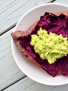 Baked Sweet Potato with Coconut Oil and Avocado Mash (Sakara Life - News) Vegetable Side Dishes, Vegetable Recipes, Raw Food Recipes, Healthy Recipes, Healthy Food, Food Tips, Healthy Eating Meal Plan, Purple Sweet Potatoes, Sweet Potato Recipes