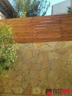Valla de madera tratada con color nogal formada por listones de 96x21mm. y pilares de 70x70mm. www.fustmar.com