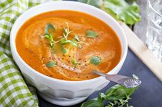 This Italian Fresh Tomato Soup is bursting with garden flavor from fresh tomatoes to aromatics, and herbs. A quick fix, healthy, soup you'll love. Fresh Tomato Soup, Tomato Basil Soup, Tomato Sauce, Yogurt Soup Recipe, Fresco, Creamed Asparagus, No Bake Snacks, Summer Dishes, Plum Tomatoes