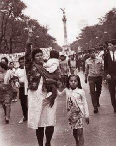 Madreo porteando durante la marcha del 2 de Octubre
