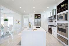 cuisne blanche moderne- ilot avec évier, appareils inox et sol en parquet clair
