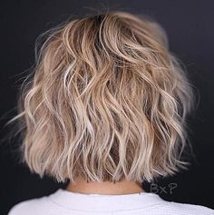 Looking for new ways to up your hair volume Check out these ultimate volumeboosting short hairstyles for fine hair Haircuts For Wavy Hair, Short Wavy Hair, Long Layered Haircuts, Best Short Haircuts, Cool Haircuts, Hairstyles Haircuts, Haircut Short, Short Blonde, Pixie Haircuts