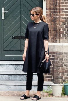 spring / summer - street chic style - street style - summer outfits - casual outfits - all black - work outfits - office wear - travel outfits - black knit tunic + black skinnies + black sandals + black sunglasses + black clutch