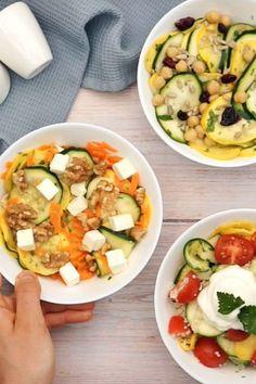 Mit vielen Zutaten kombiniert wird Zucchini-Salat zum idealen Abendessen. Unsere Ideen reichen von Kichererbsen über Feta bis hin zu Couscous. #rezept #idee #kochen #abendessen #abendbrot #zucchinisalat #zucchini #couscous #kichererbsen #feta Caprese Salad, Cobb Salad, Feta, Nom Nom, Salads, Baking, Vegetables, Healthy, Food Dinners