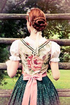 Dirndl Rückansicht. Petticoat Dirndl im Blumendessin.