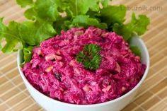 Salát z červené řepy 1000 gr červené řepy 4 stroužky česneku 2 lžíce strouhaného křenu 250 gr majonézy 150 gr bílého jogurtu 4 lžíce sekaných vlašských ořechů Očištěnou červenou řepu uvaříme doměkka a vychladlou oloupeme. Nastrouháme (velké slzy) a přidáme prolisované stroužky česneku, strouhaný křen, majonézu s jogurtem (nebo koupenou jogurtovou majonézu) a vlašské ořechy. Promícháme a necháme odležet. Beet Salad, New Menu, Russian Recipes, Vegetable Salad, Coleslaw, Baking Recipes, Salad Recipes, Raspberry, Cabbage