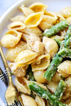 Creamy Chicken Asparagus Shells and Cheese Recipe - Lightened-up, yet perfectly creamy homemade shells and cheese made with chicken, asparagus, cream cheese and feta. Chicken Asparagus Pasta, Asparagus Recipe, Creamy Chicken, Creamy Asparagus, Creamy Pasta, Pasta Recipes, Chicken Recipes, Dinner Recipes, Cooking Recipes