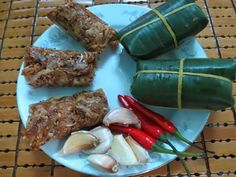 The samples wrapped in banana leaf and the ones without banana leaf. How to make Tre at http://danangfoodie.com/tre/  #tre #trebade #streetfood #danang #danangfoodietour #snack