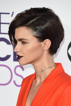 Ruby Rose at the 2017 Peoples Choice award, representing #1, #2, and #3 of the Top 5 Red Carpet Beauty Trends. #philadelphia #skincare #beauty