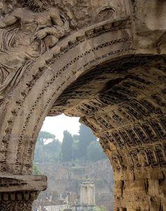 Arco de Septimio Severo. Ao fondo, o templo das Vestais.