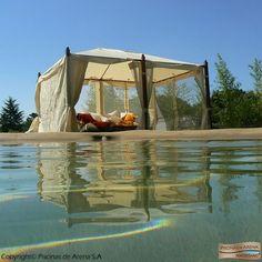 Nada como un espacio chill out junto a la piscina para convertir tu jardín en un paraíso. Piscinas de Arena transforma el espacio con todo tipo de complementos y hace de tu piscina el oasis que siempre has deseado.  #piscinasdearena #complementos #paisajismo #naturaleza #chillout
