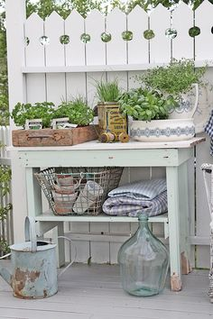 You can`t use up CREATIVITY. Love Garden, Outdoor Decor, Decor, Vintage Interiors, Vintage Garden, Cottage Garden, Diy Outdoor, Potting Tables, Cottage Style