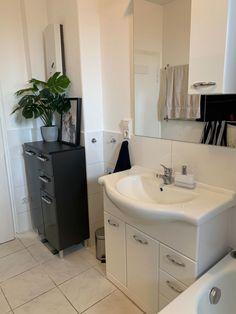 Schönes, modernes Badezimmer in schwarz und weiß gehalten. #wggesuchtde #wggesucht #interior #weiß #schwarz #bad #badezimmer #waschbecken #kommode Vanity, Bathroom, Dresser, Bathing, Bathroom Sinks, Nice Asses, Living Room, Black, Dressing Tables
