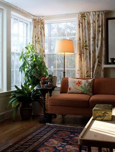 home, love couch and corner (plants, lamp, pillow, patterns) Corner Curtains, Corner Windows, Long Curtains, 1940s Living Room, Love Couch, Boston House, Orange Couch, 1940s Home, Cottage Homes