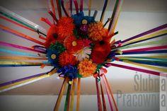 dekoracja ze wstążek i papierowych kwiatów