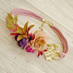 #cordondeseda rosa y flores en los mismos tonos ¡nos encanta! #moda #lookinvitada #cinturonjoya #cinturoncordon #flores