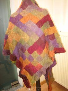 puntsjaal in dominotechniek met ajourboord in verlopend kleurgamma