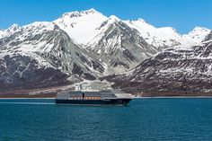 A Holland America Line ship cruises in Glacier Bay National Park (photo: Jay L/Shutterstock)
