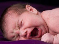 Jedes Baby schreit auf verschiedene Arten   Wenn ein Baby weint oder schreit, klingt das jedes Mal ein bisschen anders. Auf welche Arten Babys weinen - und was sie ihren Eltern damit sagen wollen, lesen Sie hier. Plus: Die richtige Reaktion, wenn Ihr Baby schreit.