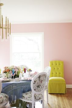 I& currently obsessed with pink dining rooms. My mom recently painted her very traditional dining room a deep fuchsia and. Flat Interior, Interior Design, Interior Doors, Pink Dining Rooms, Palette, Pink Walls, Bedroom Colors, Decoration, Beautiful Homes