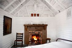 White Log Cabin Interior with Fireplace Cabin Chic, Cozy Cabin, Guest Cabin, Cabana, Cabin Interiors, Wood Interiors, Cabins In The Woods, My Living Room, Barn Living