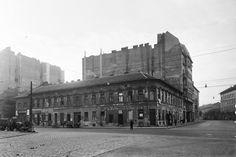 1957, Baross utca a Kálvária (Kulich Gyula) térnél. A lovaskocsi jeget szállítónak tűnik. Egy kis összehasonlítás, hogy mi is változott csaknem 60 év óta...itt látható: 1957 és 2018, Kálvária tér. A kép napjainkban nagy felbontásbanitt.
