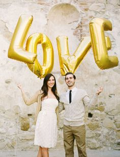 Giant Gold Balloons make lovely props for engagement photos! #balloons #engagement |Sharethewedding.com