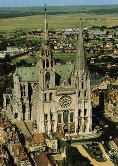 A Catedral de Chartres teve a sua construção iniciada em 1145 e foi reconstruída após um incêndio de 1194. Marca o zénite da arte gótica na França. A vasta nave, em puro estilo ogival, os adornos com estátuas finamente esculpidas de meados do século XII e as magníficas janelas com vitrais dos séculos XII e XIII, todas em notável estado de conservação, combinam-se para formar uma obra-prima inigualável. Tem uma área superior a 10000 m², 130 m de comprimento e largura máxima de 46 m.