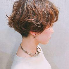 いいね!204件、コメント6件 ― HIGASHIさん(@nalupuloa_higashi)のInstagramアカウント: 「襟足はほんの少し刈り上げてます表面で動く細い毛束がかわいいです✌️ . #nalupuloaohana #マッシュ #前髪 #헤어 #ヘアスタイル #셀카 #イルミナカラー #셀피 #ショート…」 Short Styles, Bob Styles, Beauty Magic, Hair Beauty, Unique Hairstyles, Natural Curls, Perm, Pixie Cut, Health And Beauty