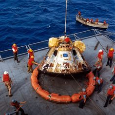 The Apollo 11 command module, seen here as the astronauts returned from the moon Das Apollo hier als die Astronauten vom Mond zurückgekehrt sind Apollo Space Program, Nasa Space Program, Space Shuttle, Nasa Moon, Apollo 11 Moon Landing, Apollo Missions, Shoot The Moon, Space Facts, Planetary Science