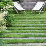 Utilisées habituellement pour réaliser des bordures ou des nez de marches, les traverses paysagères, façon chemin de fer, peuvent aussi jalonner une allée. En bois ou en pierre, elles sont une alternative séduisante aux caillebotis et autres pas japonais.