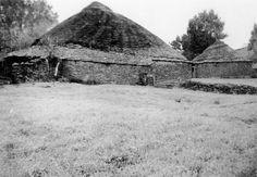 A Cortella, Becerreá. Casa con cuberta de colmo e lousa. Arquivo Ebeling nº 428.