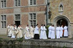 L'opera sacerdotale fondata dall'ex arcivescovo Léonard ha attirato in soli tre anni 27 tra sacerdoti e seminaristi. Per il nuovo arcivescovo De Kesel è un successo, ma ha deciso di mandarla via