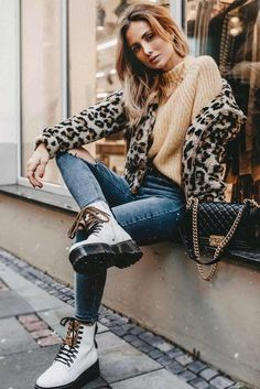 Stylish Combat Boots Combos Every Fashionable Lady Should Consider - Best Long boots outfit - Ways to Wear Boots The Definitive Guide Combat Boot Outfits, Black Combat Boots, White Boots, Boho Outfits, Fall Outfits, Casual Outfits, Sundress Outfit, Outfit Invierno, Stylish Boots