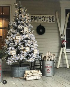 32 Amazing Farmhouse Christmas Porch Decor And Design Ideas. If you are looking for Farmhouse Christmas Porch Decor And Design Ideas, You come to the right place. Below are the Farmhouse Christmas Po. Decoration Christmas, Farmhouse Christmas Decor, Noel Christmas, Xmas Decorations, Christmas Crafts, White Christmas, Beautiful Christmas, Porch Christmas Tree, Christmas Signs