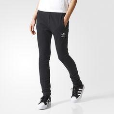 En bekväm och sportig stil får en strömlinjeformad modell. Dessa stretchiga träningsbyxor för dam är gjorda i mjuk fransk frotté och är lätt att bära. En broderad Trefoil-logga på benet fulländar den äkta adidas Originals-stilen.