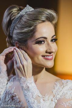 Adoramos a beleza clássica criada por Aureo de Sá para a noiva Leticia. Veja todos os detalhes do casamento dela em EuAmoCasamento.com! Foto: Juliana Pessoa Fotografia