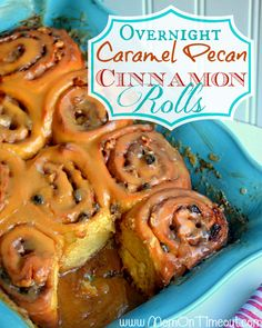 {Overnight} Caramel Pecan Cinnamon Rolls Recipe - Mom On Timeout Köstliche Desserts, Delicious Desserts, Dessert Recipes, Yummy Food, Caramel Pecan Cinnamon Rolls Recipe, Caramel Icing, Pecan Rolls, Caramel Rolls, Caramel Recipes