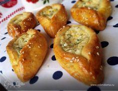 Пирожки с сыром и зеленью «Лодочки» Пирожки отлично подойдут для сытного перекуса или пикника. Мягкий сыр и зелень в качестве начинки сделают их сочными и ароматными. Приятного аппетита! #едимдома #рецепт #готовимдома #кулинария #домашняяеда #пирожки #сыр #зелень #выпечка #перекус