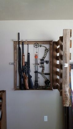 Palet bow/gun rack Color/stain w/thin blue line Make hand gun holders & cubbies for ammo Put lock on it Bow Rack, Bow Hanger, Hidden Gun Storage, Weapon Storage, Pallet Projects, Home Projects, Woodworking Projects, Reloading Room, Gun Rooms