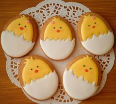 Adorable Cookies For Easter Easter is all about beautiful decorations that actually add pep to the festive activities. So make this summer holidays extra special by trying out unique Easter bunny cookies and cakes ideas. Easter Cupcakes, Easter Cookies, Easter Treats, Easter Desserts, Flower Cupcakes, Easter Cookie Recipes, Christmas Cupcakes, Fancy Cookies, Iced Cookies