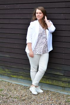 Monochorer Look in weiß mit Sneaker, Hose, Blazer und Leoparden-Muster Bluse   Plus Size Fashion Outfit   monochrome all white look with blazer, pants, sneakers, leo print blouse.