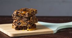 Almond prune energy bars by Greek chef Akis Petretzikis. An energy packed snack made with almonds, prunes, walnuts and honey to really give you a special boost! Healthy Bars, Healthy Snacks, Healthy Eating, Healthy Recipes, Cookie Bars, Bar Cookies, Breakfast Snacks, Energy Bars, Almond