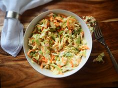 Bring distinctive tastes to your meals with some delicious coleslaw recipes. Churn out some tasty coleslaw and add more flavor to those breads and barbecues. Classic Coleslaw Recipe, Kfc Coleslaw, Coleslaw Salad, Homemade Coleslaw, Creamy Coleslaw, Grand Bol, Cole Slaw, Slaw Recipes, Bon Appetit