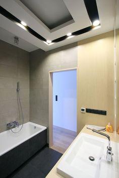Aranżacja nowoczesnej łazienki w szarych barwach. Podwieszany sufit w łazience…