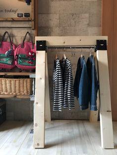 最近少しずつ涼しくなってきましたね。我が家もツインズの服装に毎朝悩む日々です。これからの季節は上に羽織る服が増えるのでちょっと掛けれる物が欲しくてこんなの作ってみました(u‿ฺu✿ฺ)めちゃくちゃ簡単なのでよかったみてください♡ 子供服のちょい掛けに便利♡ソーホースブラケットで簡単diy☺︎(ranran) Shelf System, Hanger Rack, Wardrobe Rack, Home Accessories, Diy And Crafts, Woodworking, Shelves, Room, House