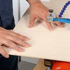 Réaliser une coupe droite sur du bois Laser Cut Screens, Helpful Hints, Woodworking, Train, Diy, Animation, Patterns, Wood Cutting, Block Prints