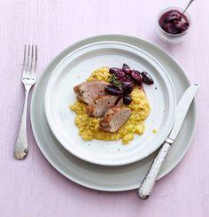 Schweinefilet mit Trauben-Chutney und Risotto: Zum saftigen Filet aus dem Ofen gibt's würziges Chutney mit Rosmarin und Thymian. Kommt dann noch cremiger Safran-Wermut-Risotto dazu, werden Sie restlos begeistert sein!